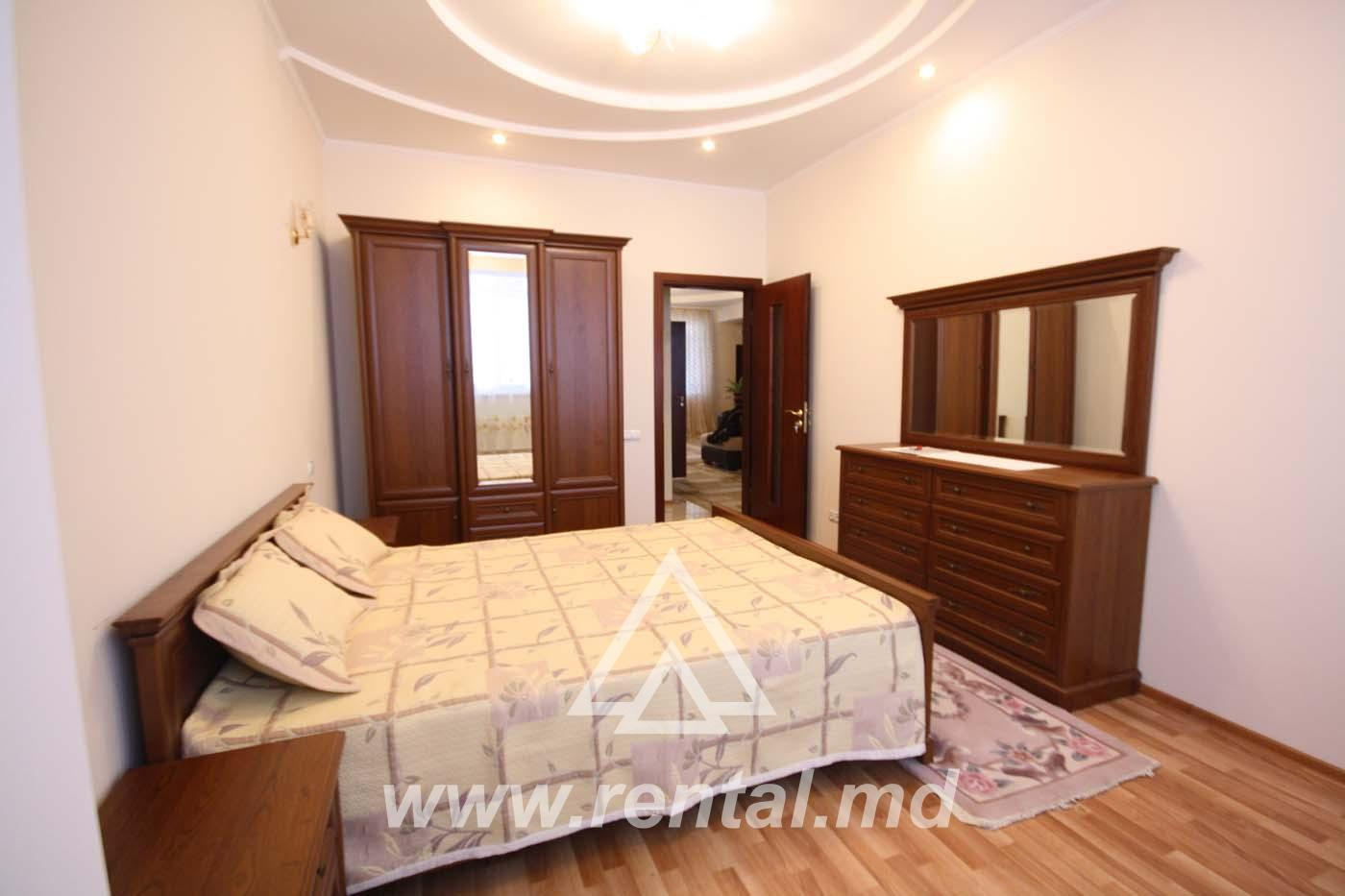 For rent 3-rooms apartment in the Center of Chisinau