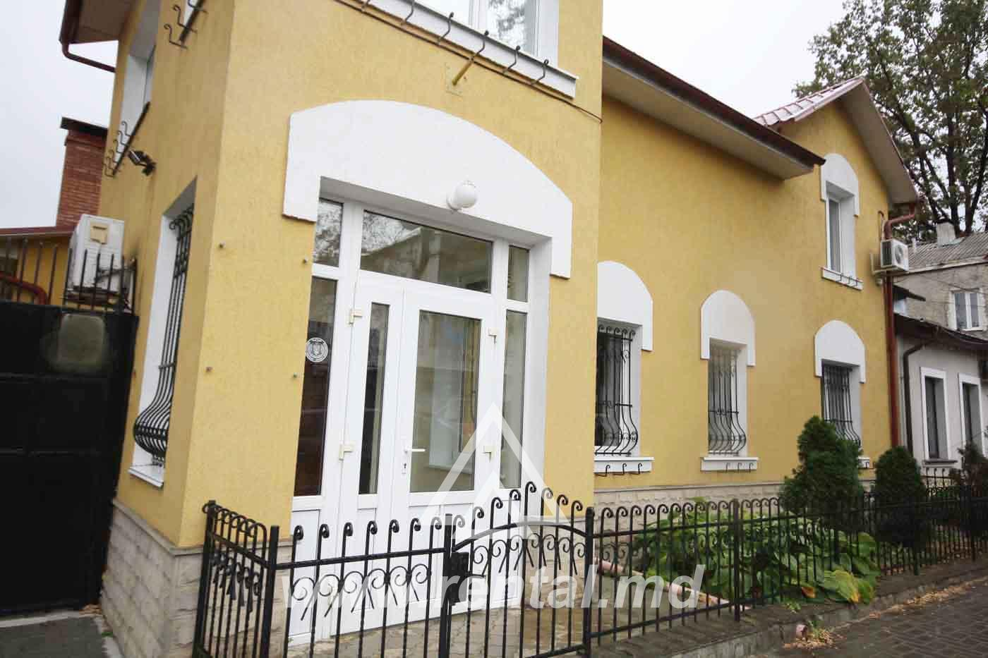 Building for rent with courtyard in the center of Chisinau