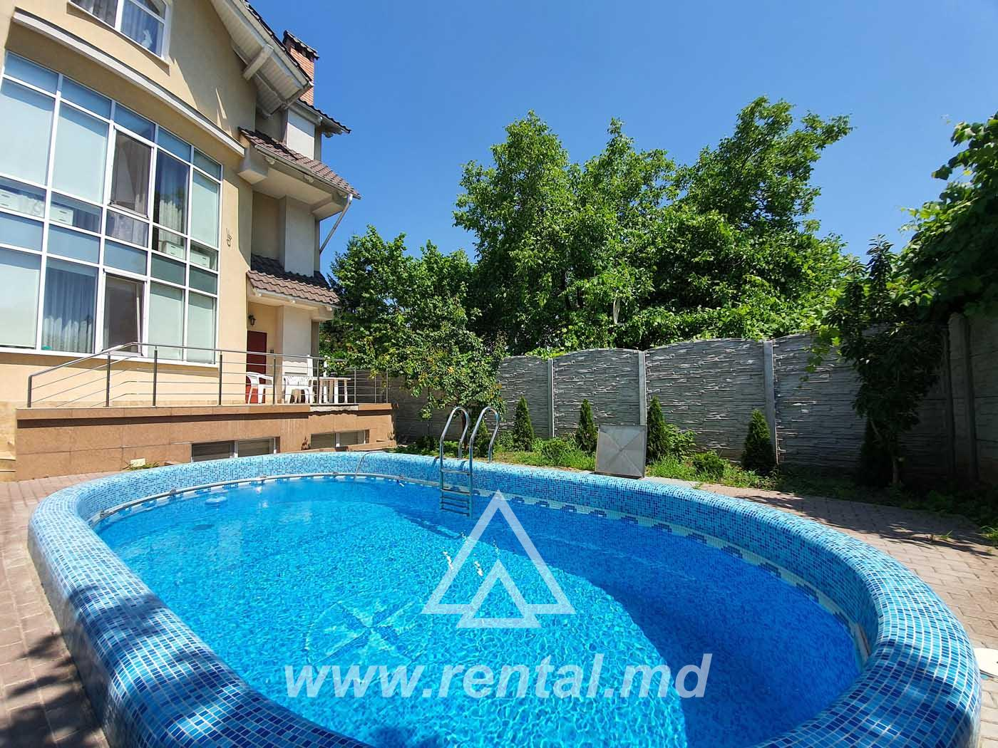Rental house in the city center with yard and pool